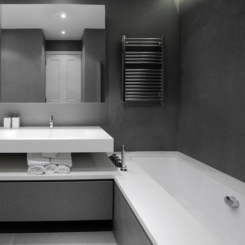 Keramikplatten im stilvollen Badezimmer